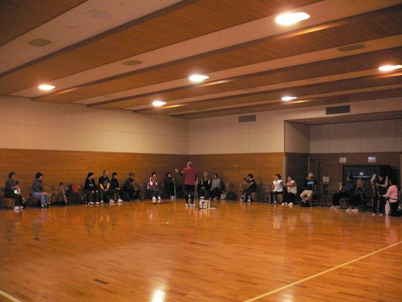 武道場にいすを並べて、体験会の説明