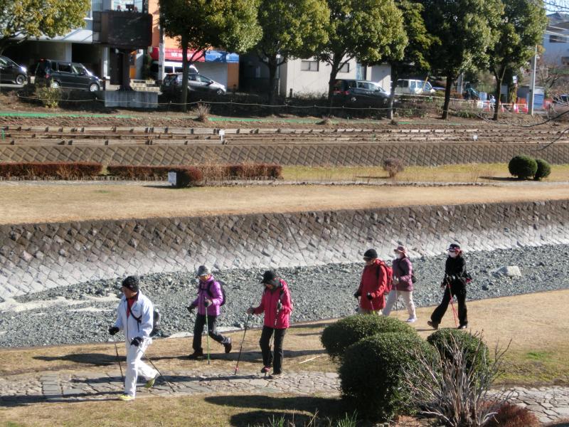 水無川を古墳公園に向かって