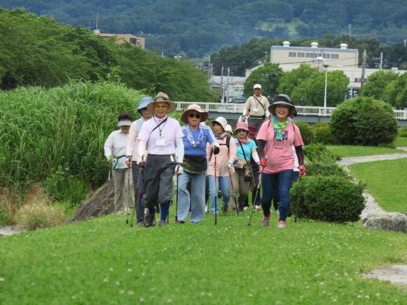 水無川を行く先頭グループ