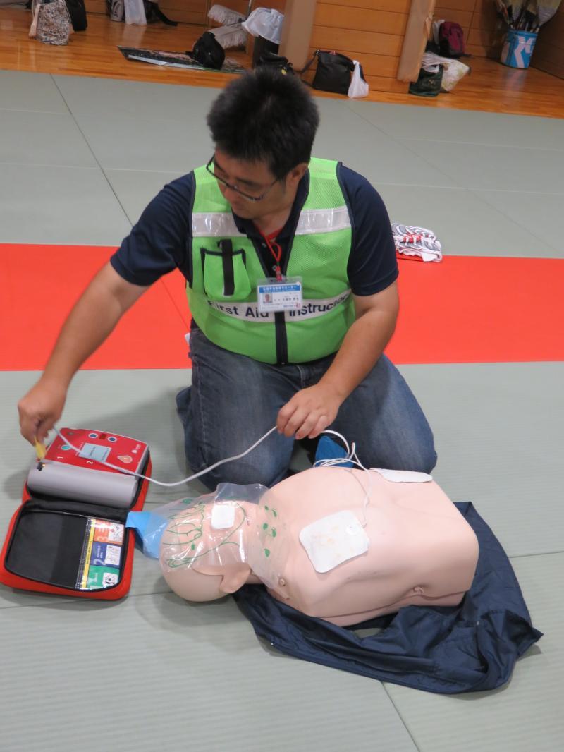 AEDの操作に従いスイッチを入れる
