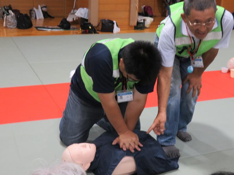 胸部圧迫の位置の確認と押し方