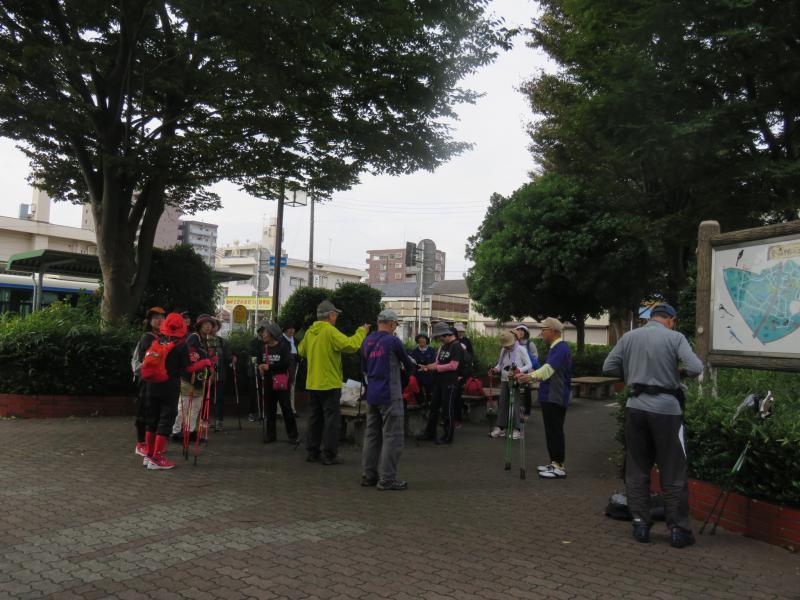 相模大塚の駅前の小公園で受付