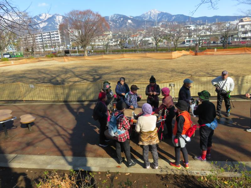 ピクニック広場で休憩(大山も雪)