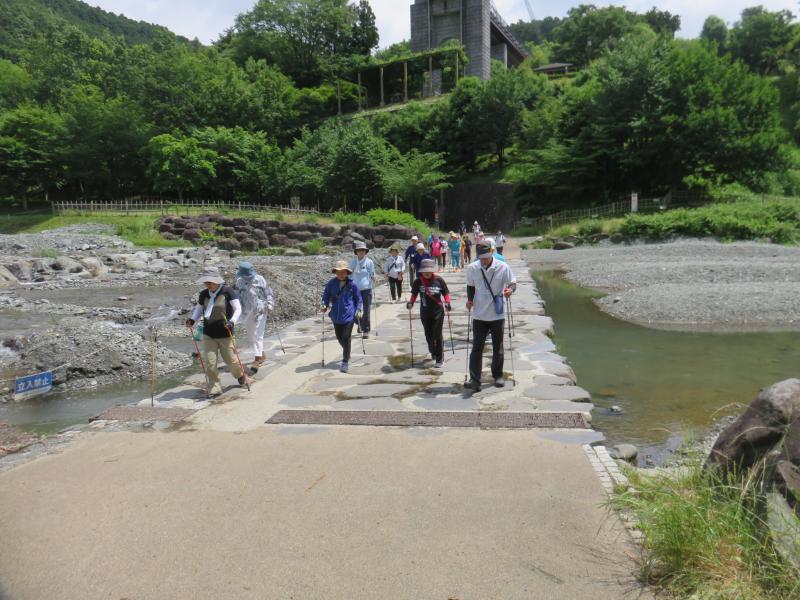 水無川上流を渡る