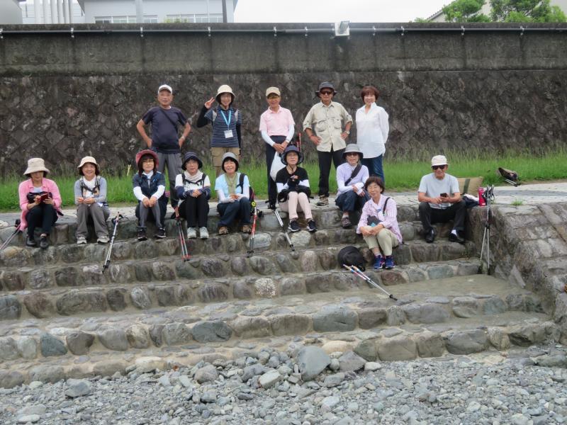 水無川左岸に並んで写真