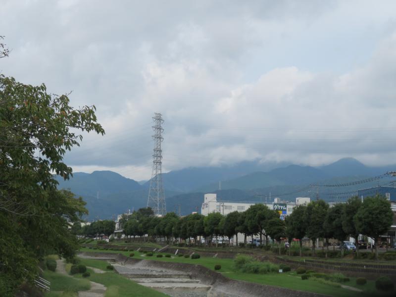 丹沢連峰も雲が多い