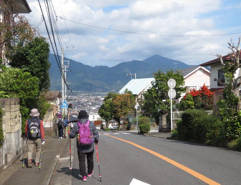 丹沢の山を見て渋沢の町に下ります。