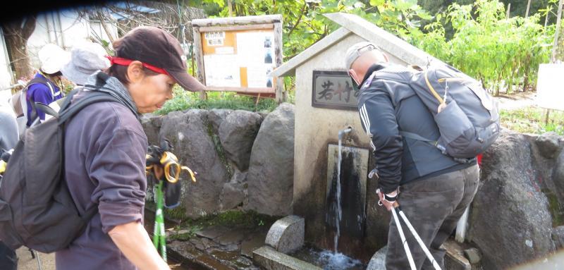 若竹の泉で水くみ
