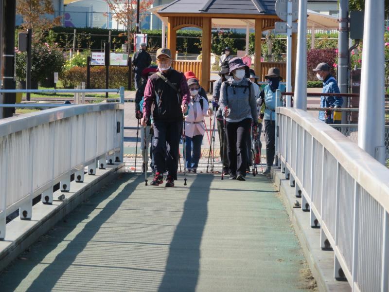 人道橋を渡って水無川緑道へ