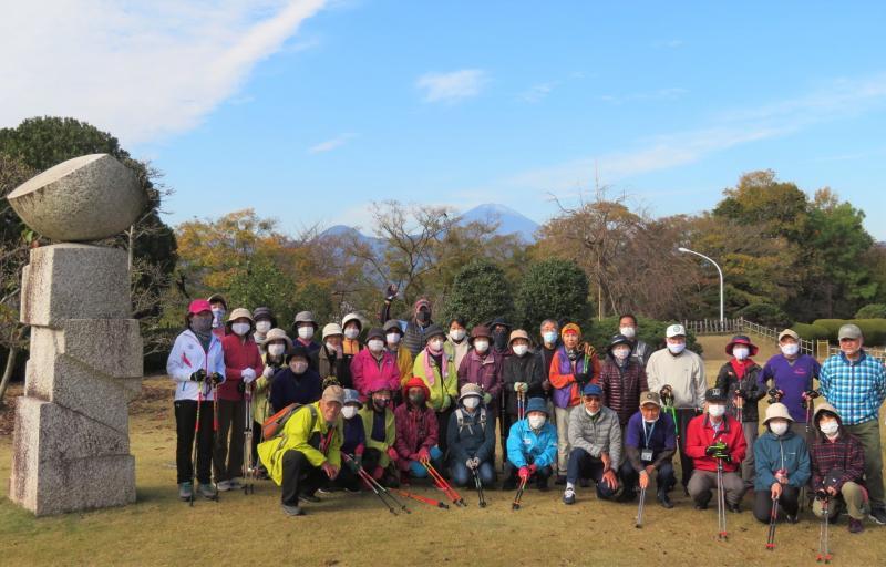 マルシェの庭園から遠方に富士山