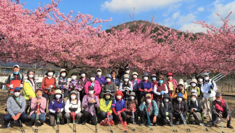 河津桜と新大日をバックに集合写真