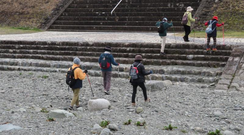 左岸グループは川を渡り右岸に