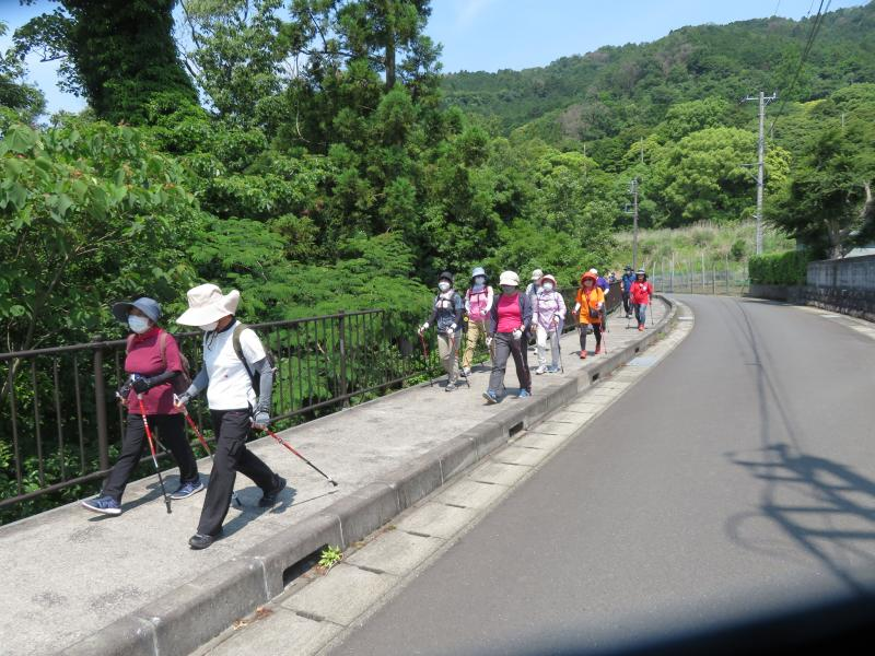 緩やかな坂道を白泉寺へ