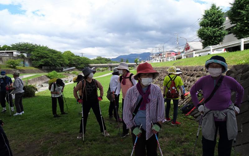 富士見橋の下で水分補給