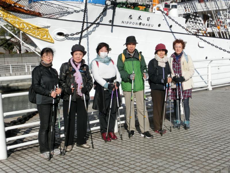 帆船日本丸の前で