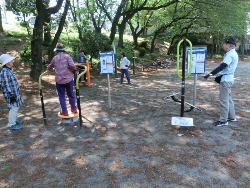 公園内のある運動器具を体験