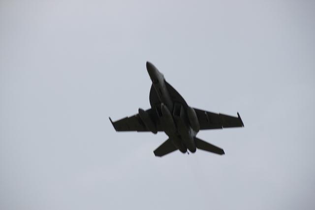 上空を飛ぶジェット機