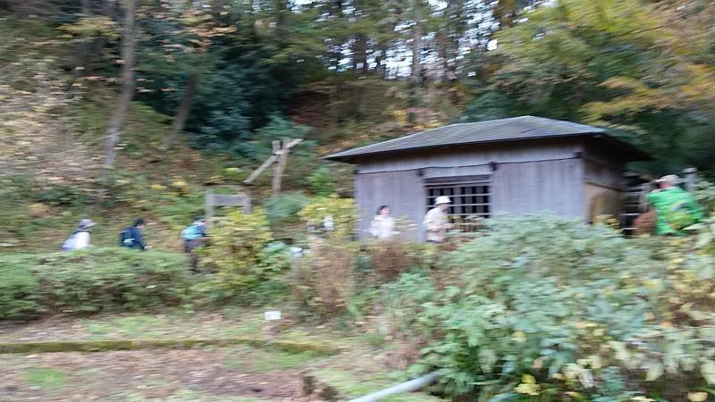 水車小屋の前