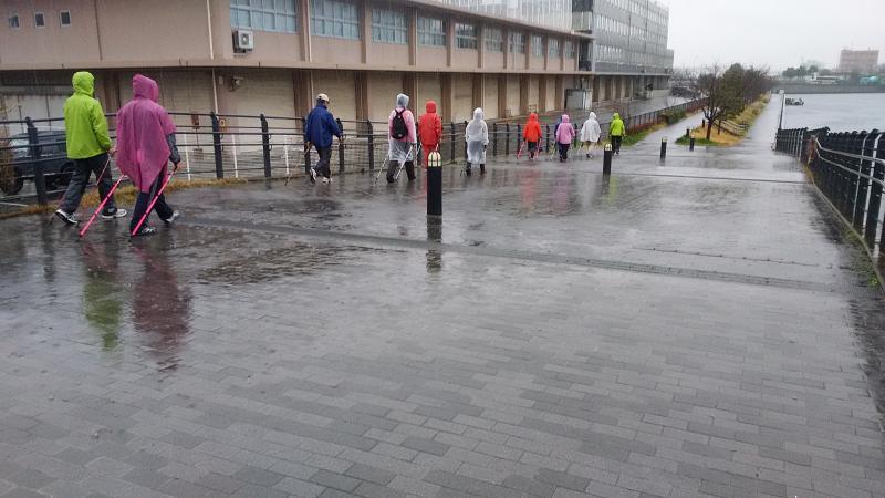 雨のなか、色々のレインコート姿