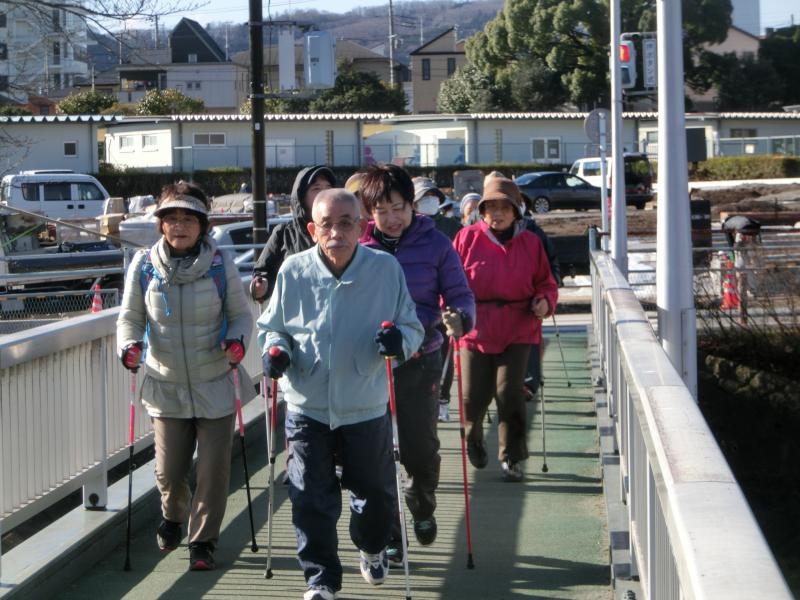 人道橋を渡る