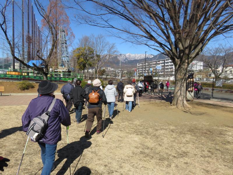 ピクニック広場から雪の丹沢の山並み
