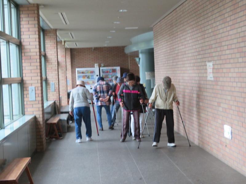 廊下でコグニサイズ(ラダー)を廊下のマスを使って実施
