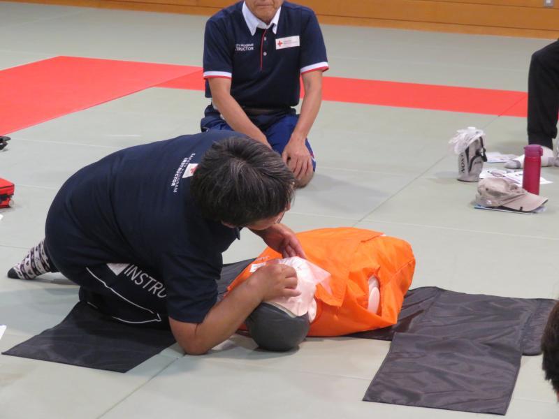 気道確保と人工呼吸を教わる