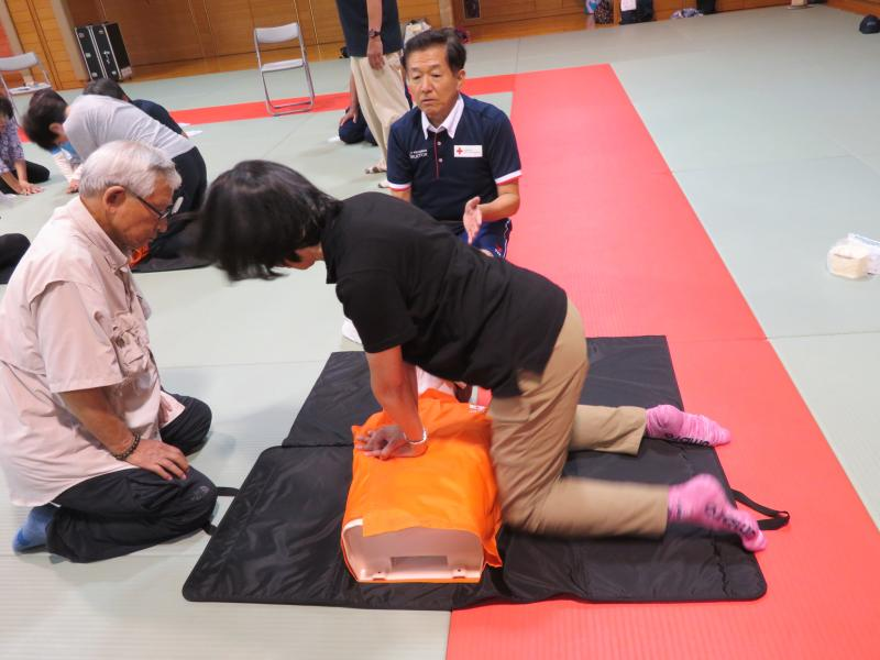 胸部圧迫と人工呼吸を組み合わせる