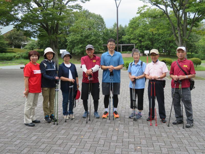 秦野PWクラブのコーチと記念写真