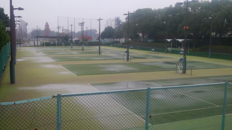 テニスコートも誰もいません