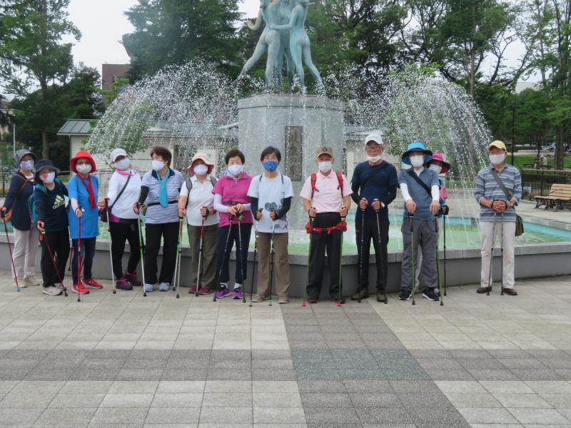 健康の泉の前でウサギさんグループ
