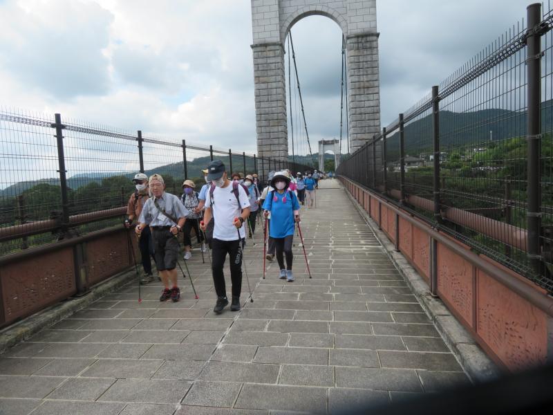 風のつり橋を渡って出発
