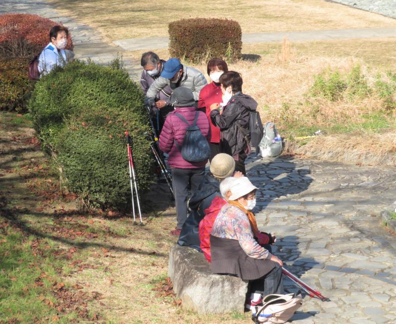水無川沿いのベンチで休憩(こがめさんグループです)